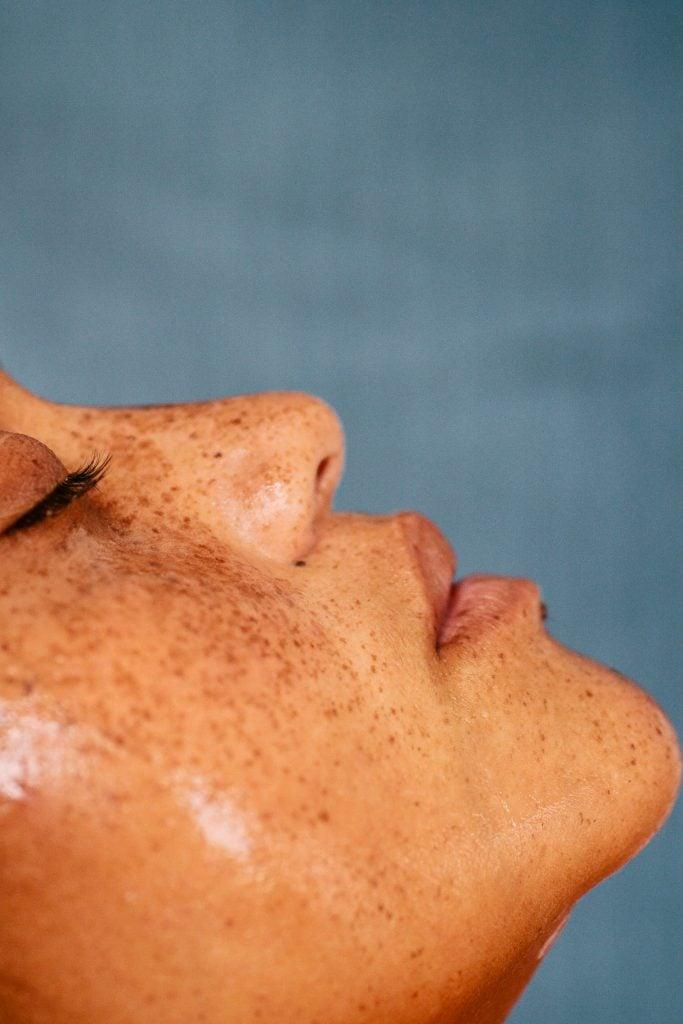 é obrigatório lavar o rosto duas vezes por dia?